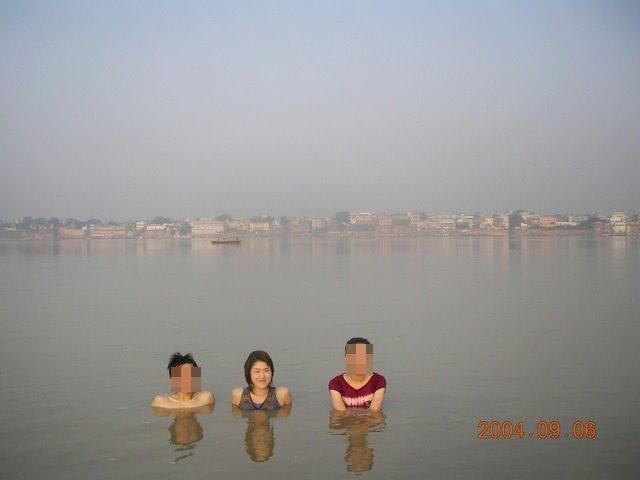 インド ガンジス川 泳ぐ
